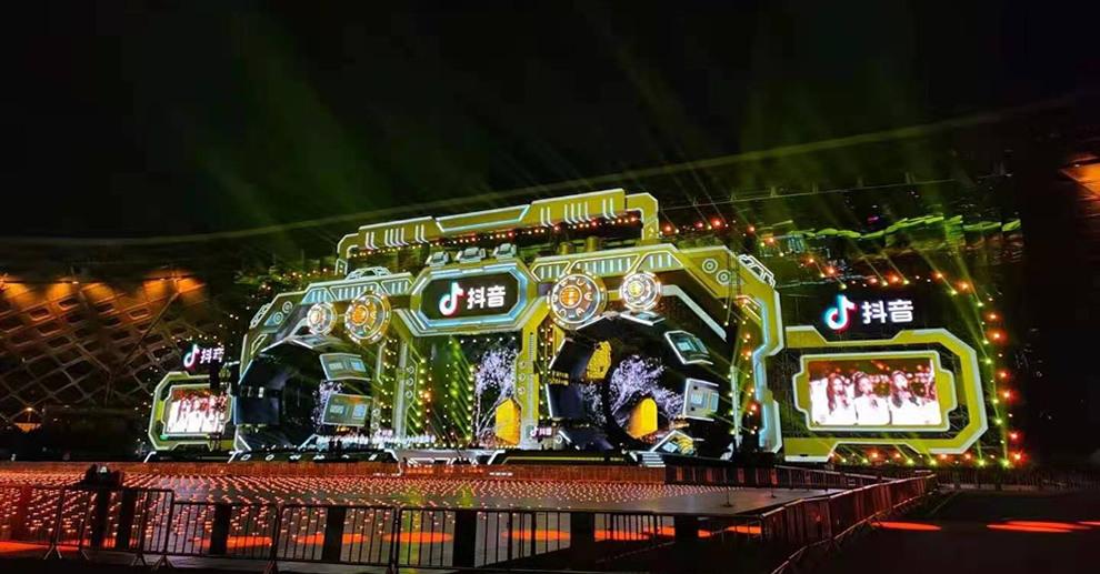 P3.91户外防水透明屏案例-浙江卫视跨年晚会
