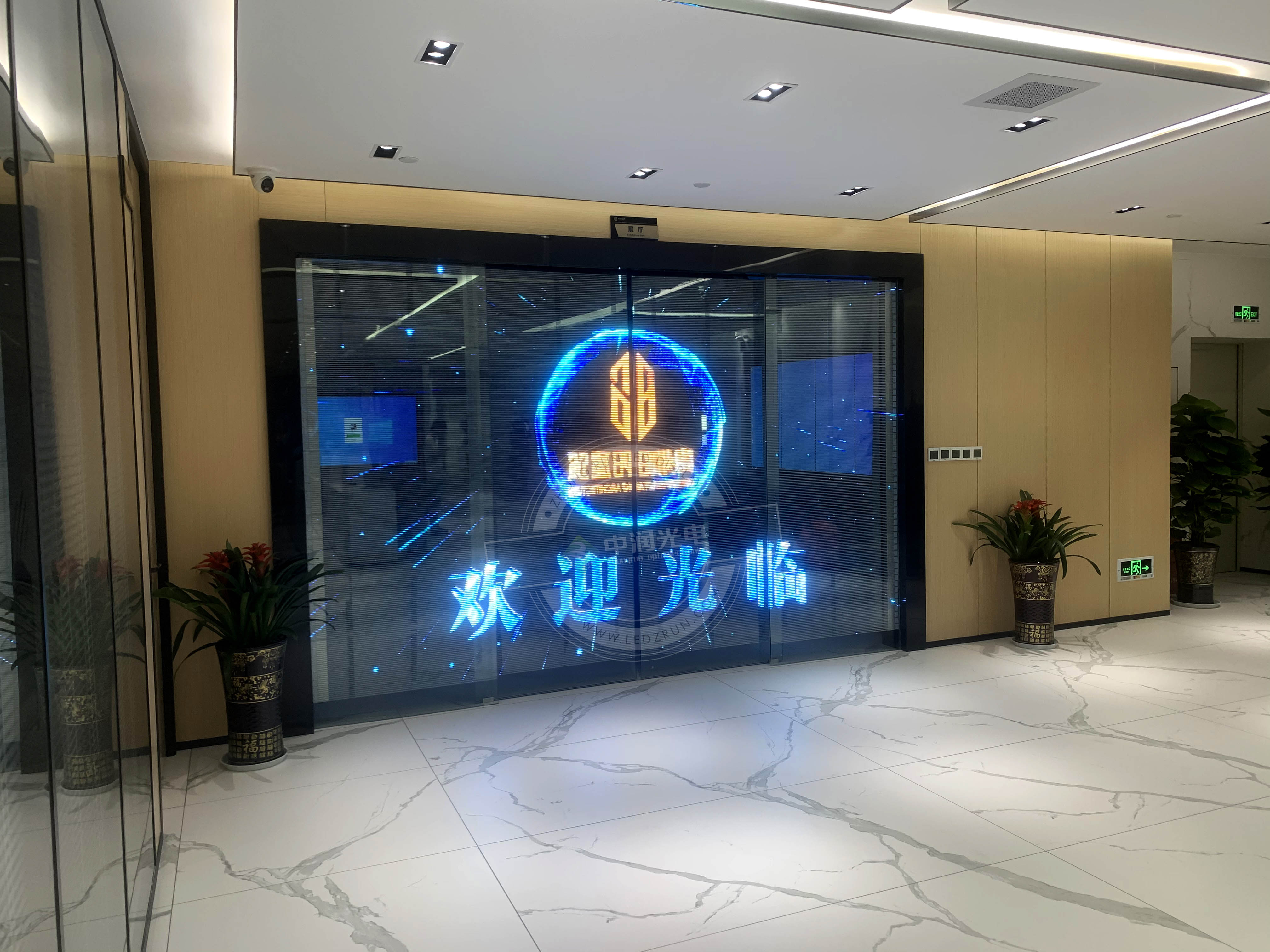 P5 LED贴膜屏 - 贵阳金融城中信大厦移动门
